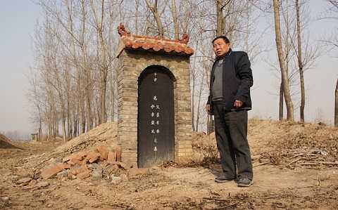 Ông Liu trước mộ người mẹ đã khuất