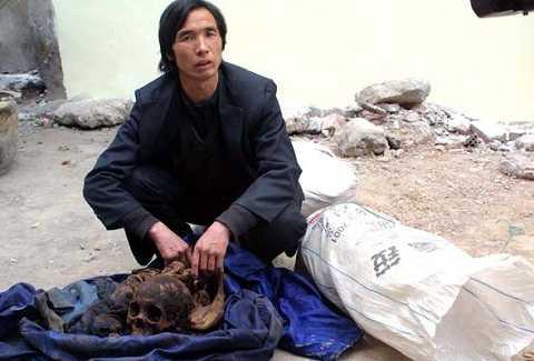 Một kẻ trộm xác từng bị bắt giữ với tang vật