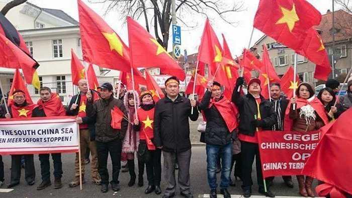 Những băng rôn yêu cầu Trung Quốc tôn trọng luật pháp