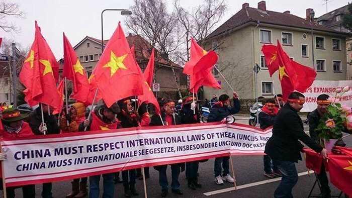 Người Việt biểu tình phản đối Trung Quốc xâm lược biển đảo tại Frankfurt