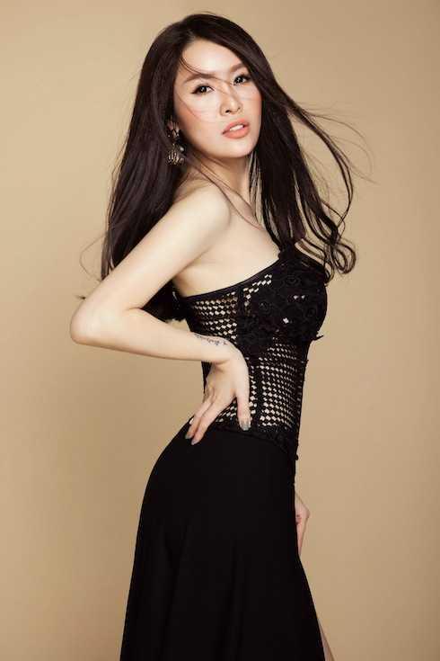 Album 'Đường tình đôi ngã' đã được Quế Vân lên ý tưởng thực hiện từ năm ngoái, sau khi cô thu âm và cho ra mắt ca khúc 'Ai khổ vì ai' và nhận được nhiều phản hồi tích cực.