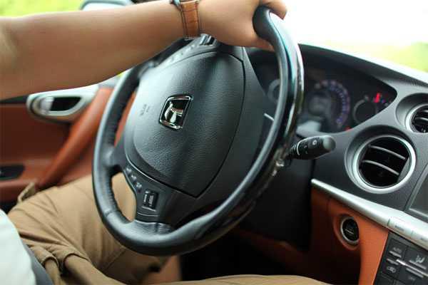 """""""Mất lái"""" dùng để diễn tả hiện tượng người điều khiển phương tiện mất kiểm soát chiếc xe."""