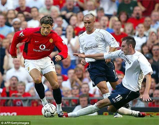 Được mặc chiếc áo số 7 của Beckham, Ronaldo nhanh chóng khiến CĐV Quỷ đỏ mê mệt bởi những pha đảo chân nhanh như điện ở trận ra mắt gặp Bolton. Chính CR7 đã mang về 1 quả 11m để Van Nistelrooy lập công