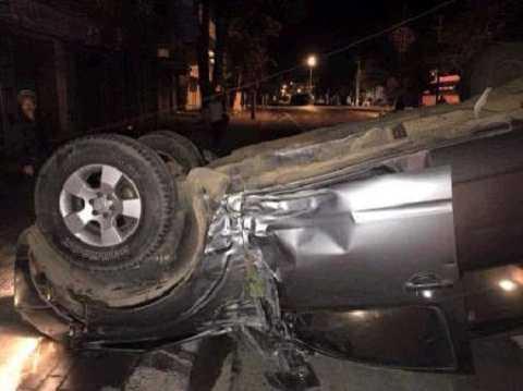 Ô tô lật ngửa sau khi tông chết đôi nam nữ