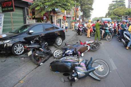 Hiện trường xe điên gây tai nạn liên hoàn - Ảnh: Gia đình&amp;<a href='http://vtc.vn/xa-hoi.2.0.html' >xã hội</a>