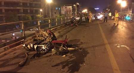 Hiện trường vụ tai nạn kinh hoàng do xe taxi gây ra trên cầu vượt Thái Hà hôm 8/11 vừa qua.