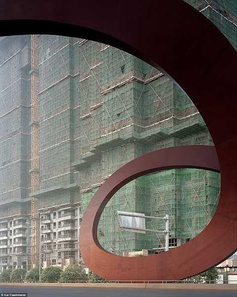 Khung cảnh hiu hắt từ những tòa nhà trống rỗng giữa lòng thành phố