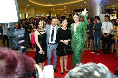 Angela Phương Trinh diện đồ sexy, cùng gia đình đến dự lễ ra mắt.