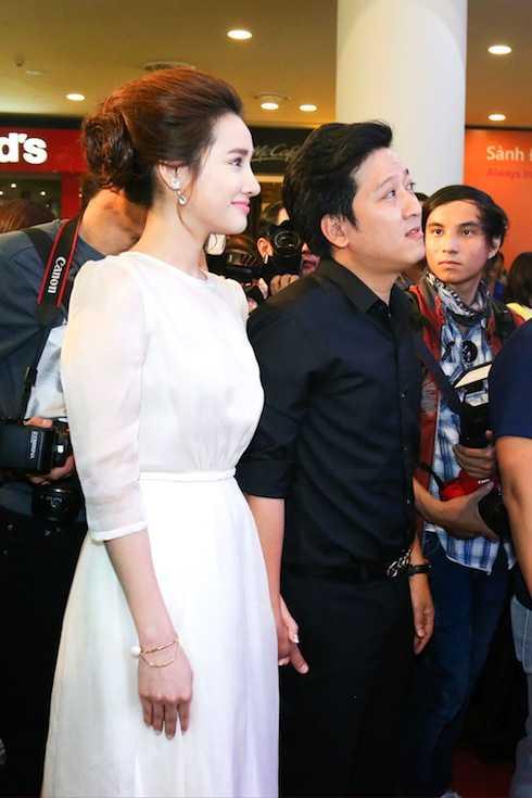 Là bạn diễn chung nhưng trong buổi ra mắt bộ phim 'Taxi, em tên gì?', Trường Giang đi cùng Nhã Phương mà không xuất hiện cùng Angela Phương Trinh.