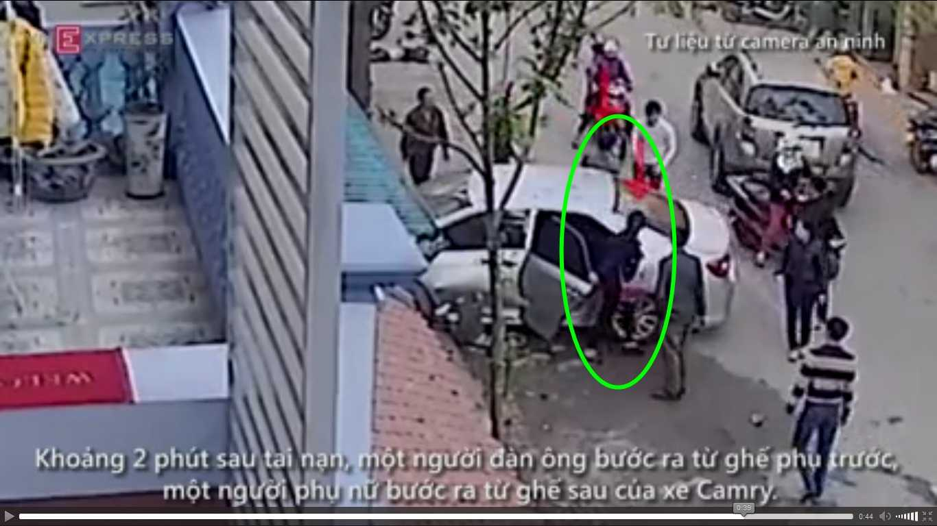 Cô gái bước ra từ cửa sau bên lái của chiếc xe gây tai nạn (Ảnh chụp màn hình)