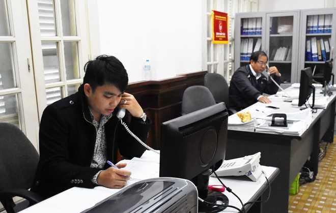 Chuyên viên Phòng Dân nguyện HĐND TP Đà Nẵng tiếp nhận ý kiến phản ánh của người dân qua đường dây nóng. Ảnh: Đoàn Nguyên.
