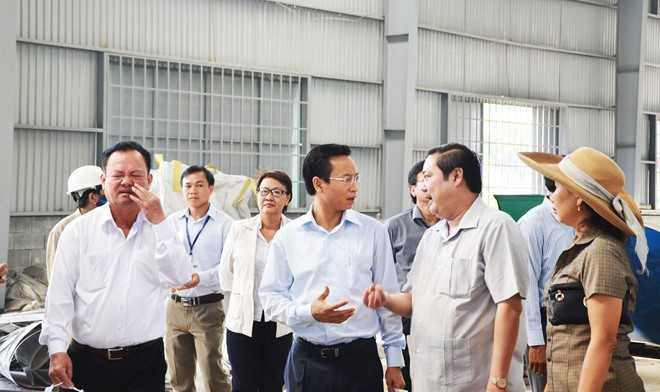 Công khai số điện thoại được ít ngày, ông Xuân Anh nhận được phản ánh về tình trạng ô nhiễm môi trường nên xuống kiểm tra, chỉ đạo xử lý. Ảnh: Đoàn Nguyên.