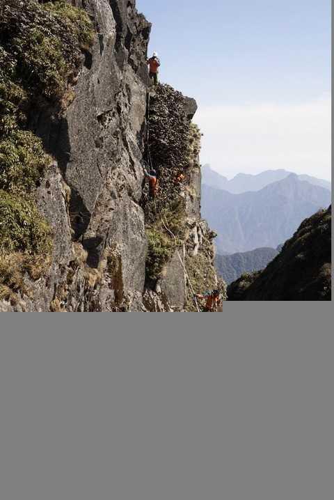 Địa hình vách đá cheo leo, núi rừng hiểm trở nên yêu cầu đảm bảo an toàn được xem là tối thượng  Công việc đòi hỏi sự cẩn trọng, tỷ mẩn với ý thức trách nhiệm cao.