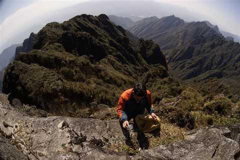 Trước khi xuống núi, đồng đội cùng nhau kiểm tra kỹ độ an toàn của dây bảo hiểm