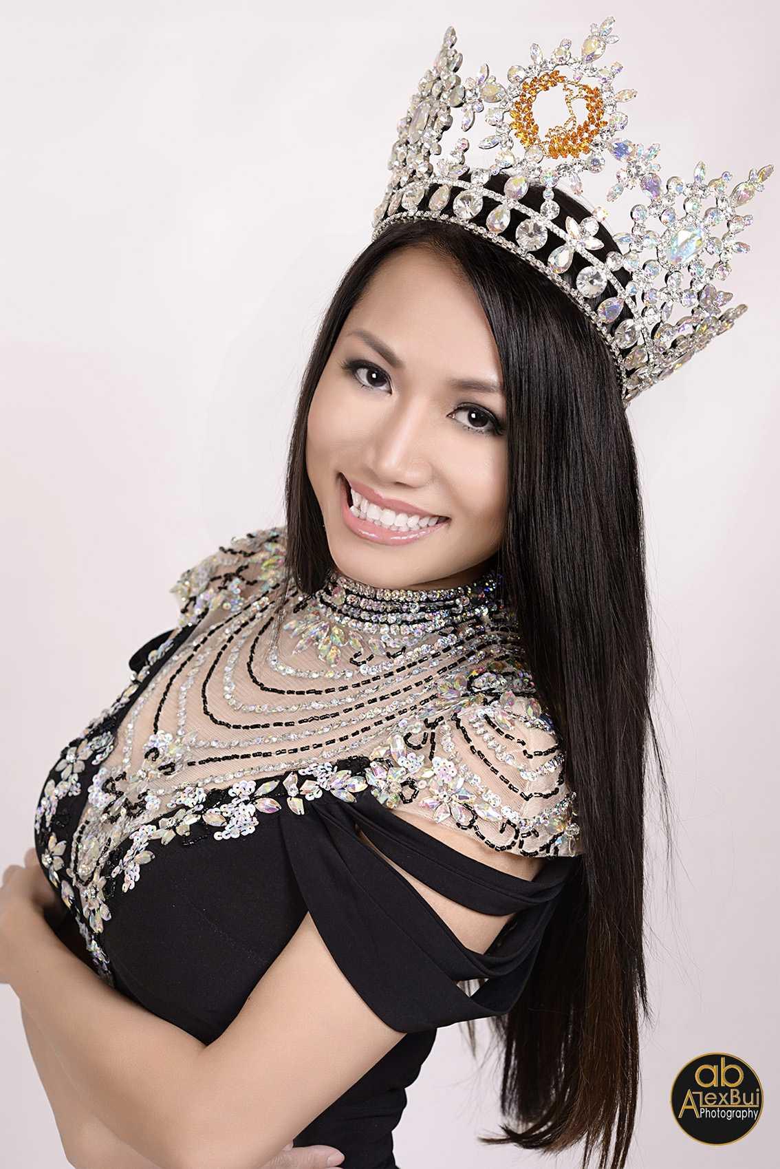Kelly Trang Trần là hoa hậu quý bà Việt Nam Los Angeles 2009, Hoa hậu quý bà quốc tế tại Mỹ 2013.