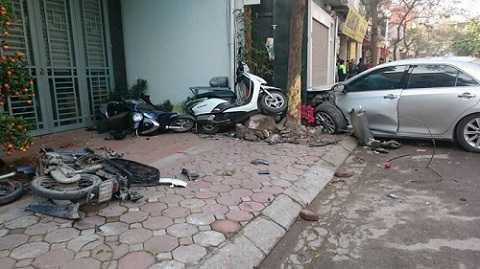 Hiện trường vụ tai nạn thảm khốc hôm 29-02 tại Phố Ái Mộ, Quân Long Biên khiến 3 người tử vong