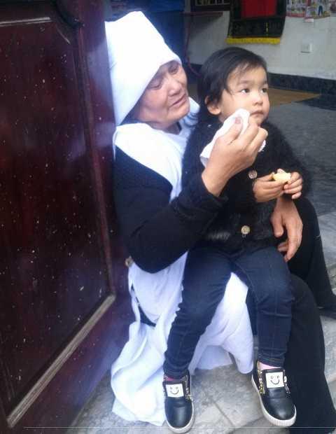 Bà Dung tựa cửa khóc thương chồng và cháu gái sau mất mát quá lớn