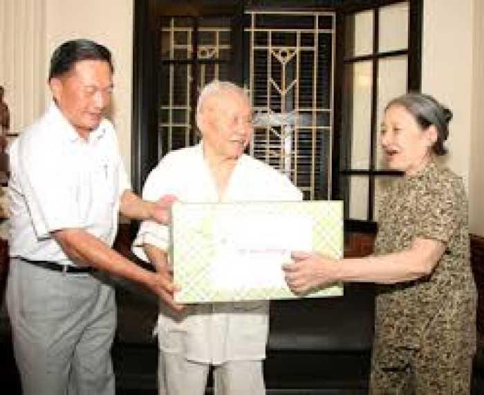 Lãnh đạo thành phố Hải Phòng thăm vợ chồng đại tá Dương Khắc Thụ vào năm 2010.
