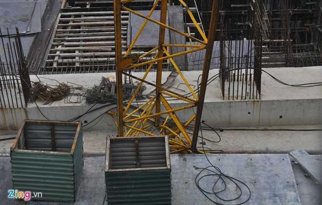 Va chạm mạnh xuống nền nên phần đầu cần cẩu biến dạng, nhiều vật liệu, thiết bị bị văng xa.