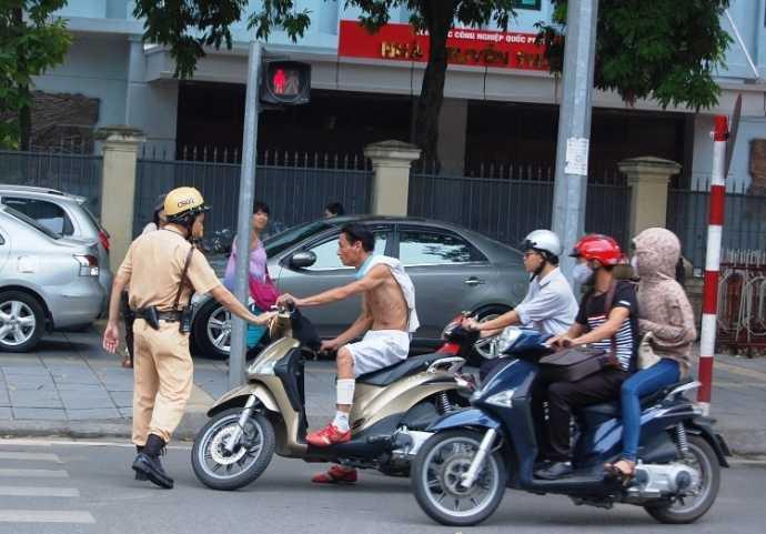 Xử lý thanh niên ngổ ngáo vi phạm giao thông