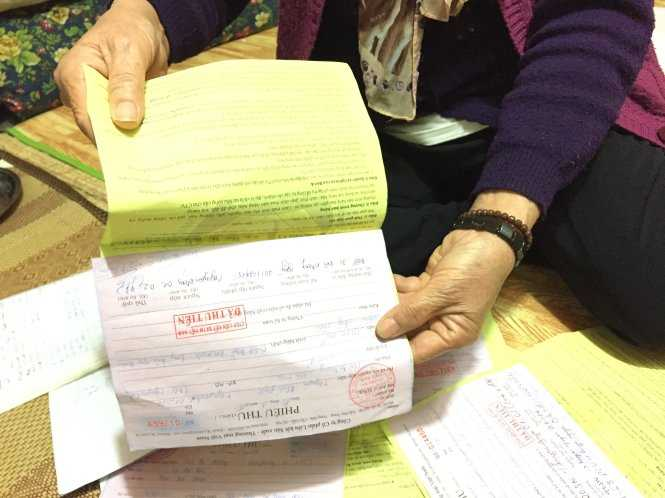 """Phiếu thu và sổ """"ghi thưởng"""" của những nhà phân phối tham gia Liên kết Việt - Ảnh: Tuổi trẻ"""
