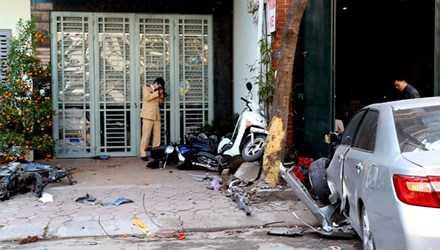 Chiếc ô tô gây tai nạn làm 3 người chết trên đường Ái Mộ (Long Biên, Hà Nội) chỉ dừng khi leo lên vỉa hè, cắm vào cửa nhà dân, hôm 29/2. Ảnh: Phương Sơn.