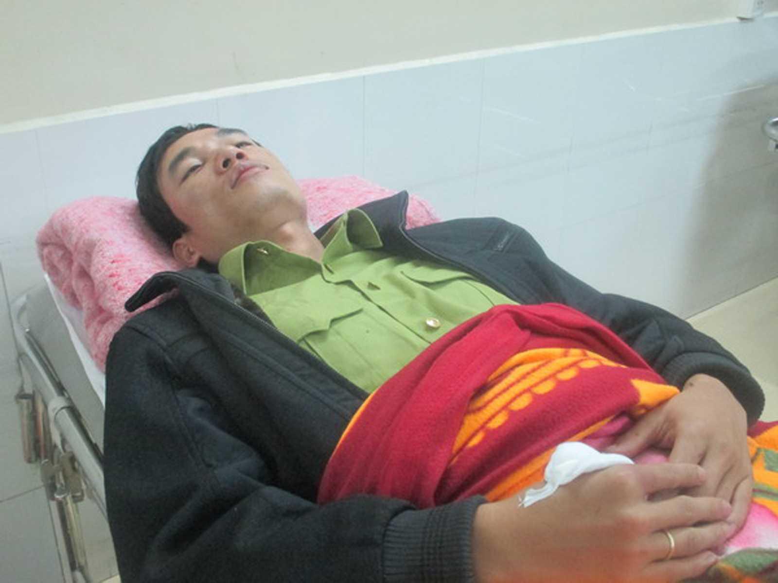 Kiểm lâm Lê Anh Tuấn bị lâm tặc hành hung dã man đang được điều trị tại bệnh viện.