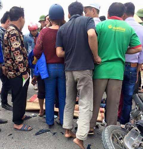 Nhiều người dân đã đắp chiếu, thắp hương cho nạn nhân nhưng may mắn sâu 30 phút nạn nhân đã tỉnh lại và được đưa đi cấp cứu