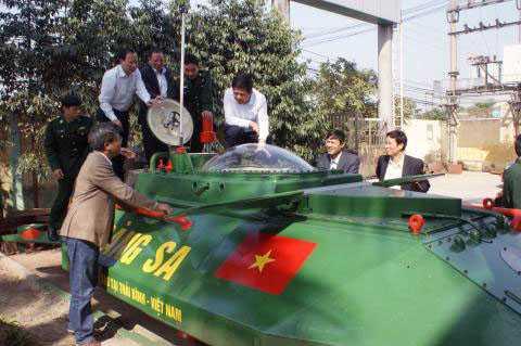 Chủ tịch UBND tỉnh Thái Bình cùng lãnh đạo Sở Khoa học Công nghệ Thái Bình; lực lượng biên phòng đến tham quan tàu ngầm Hoàng Sa.