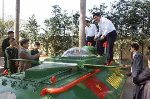 Chủ tịch UBND tỉnh Thái Bình thị sát tàu ngầm Hoàng Sa - Ảnh Đất Việt