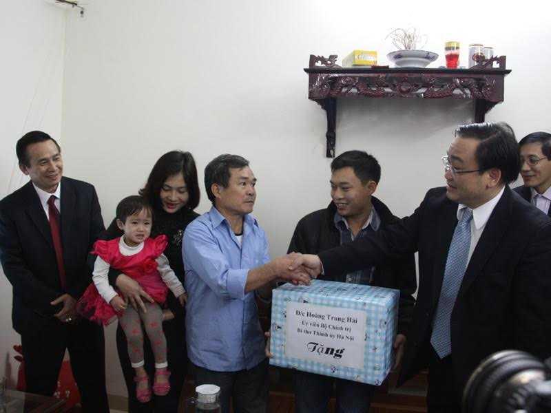 Ông Hoàng Trung Hải tặng quà cho gia đình công nhân tại khu nhà ở của KCN Thăng Long. Ảnh: Hồng Nhì