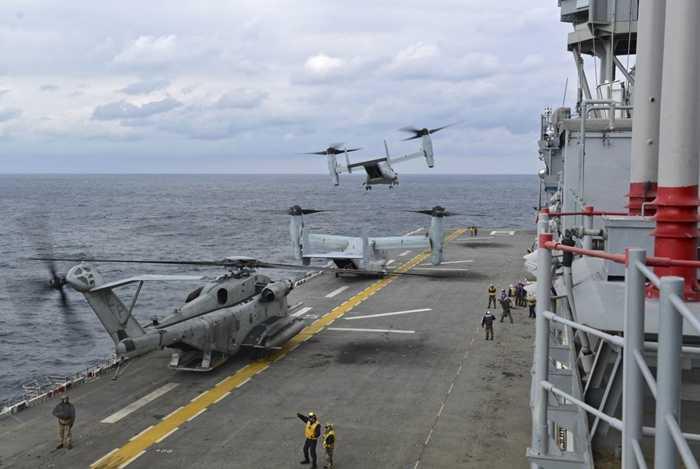 Máy bay MV-22 Osprey cất cánh từ sàn của tàu đổ bộ USS Bonhomme Richard