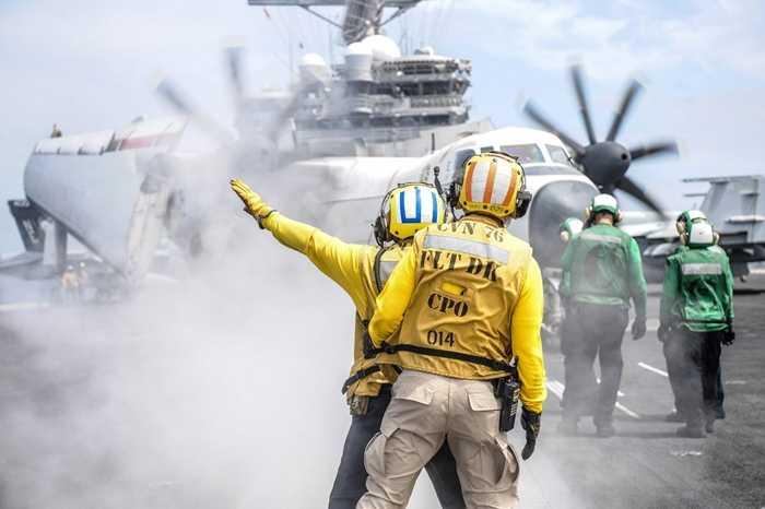 Máy bay C-2A Greyhound được hướng dẫn di chuyển trên sàn tàu USS Ronald Reagan