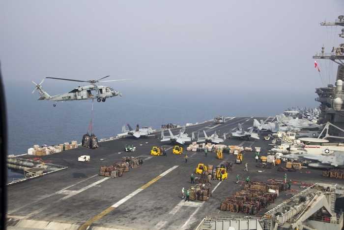 Sàn tàu USS Theodore Roosevelt ngổn ngang máy bay, đồ dùng