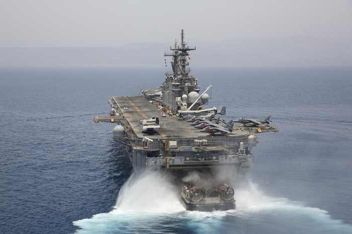 Tàu đổ bộ đệm khí di chuyển vào khoang chứa của tàu đổ bộ USS Kearsarge