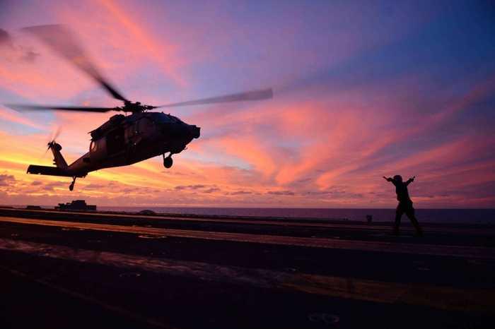 Trực thăng hạ cánh trên tàu USS John C. Stennis