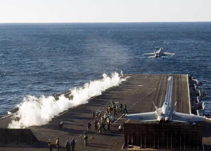 Máy bay tiêm kích xuất phát trên sàn USS Enterprise