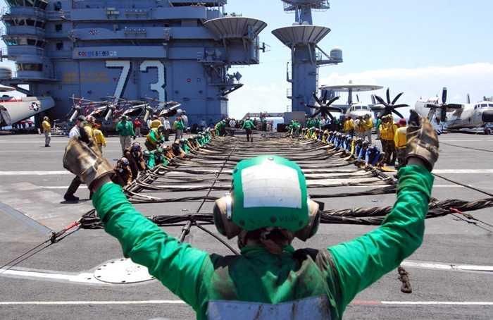 Các thủy thủ làm nhiệm vụ trên tàu sân bay USS George Washington