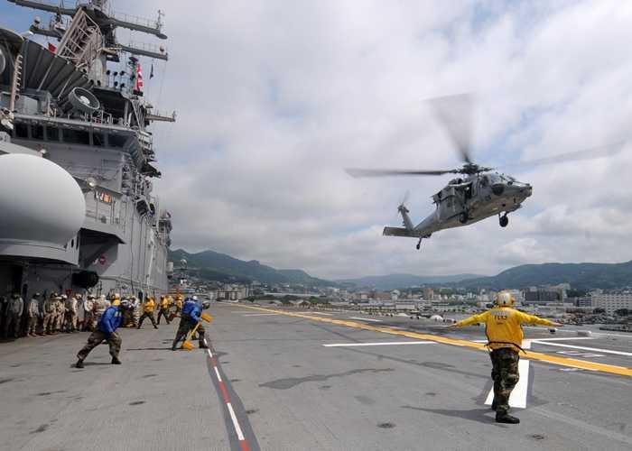 Trực thăng MH-60S Sea Hawk hạ cánh trên tàu USS Essex