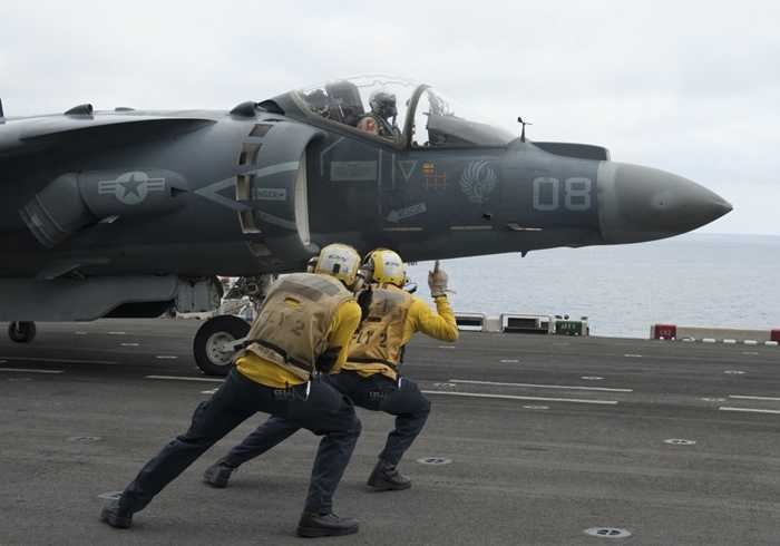 Tiêm kích xuất phát trên tàu USS Makin Island