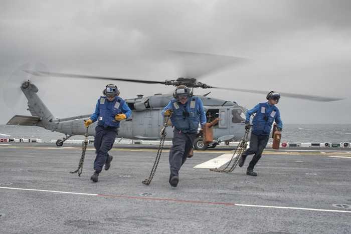 Các nhân viên làm việc trong một nhiệm vụ trên tàu USS Wasp