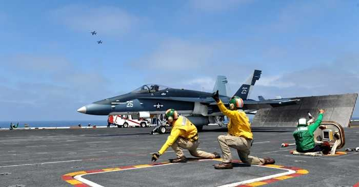 Chiến cơ chuẩn bị cất cánh từ sàn tàu sân bay USS Nimitz