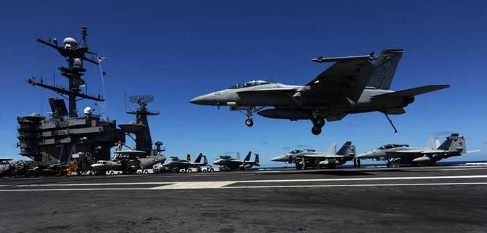Chiến cơ  F/A-18F Super Hornet hạ cánh xuống sàn tàu sân bay USS John C. Stennis
