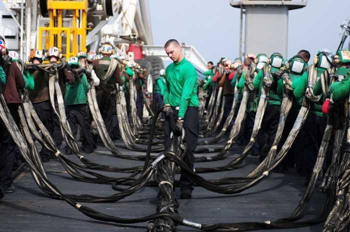 Các thủy thủ dọn dẹp sàn bay sau một cuộc tập trận trên tàu USS Ronald Reagan