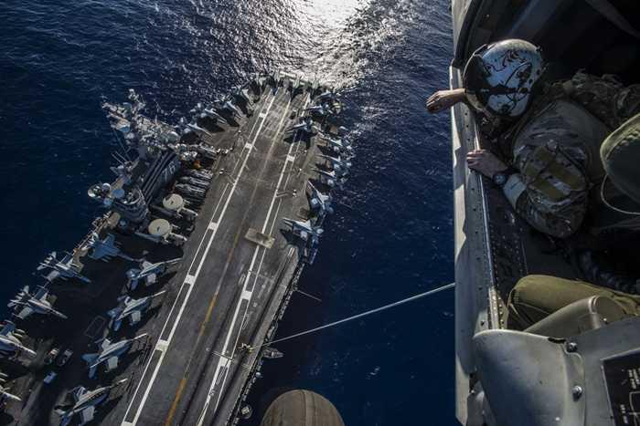 Sàn tàu USS Ronald Reagan nhìn từ trên cao