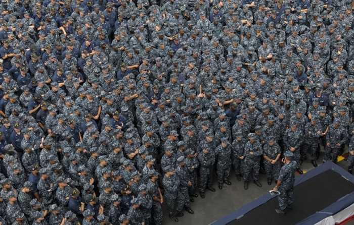 Các nhân viên nghe phổ biến trên sàn tàu USS Carl Vinson