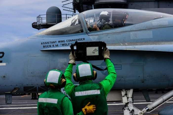 Phi công xác nhận trọng lượng máy bay trước khi cất cánh từ tàu sân bay USS John C. Stennis
