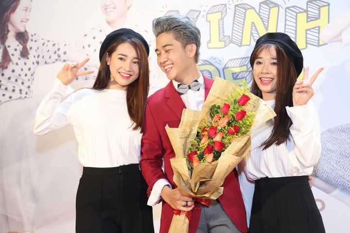 Cả hai diện đồ đen - trắng vô cùng nổi bật và để kiểu tóc khá giống nhau. Em gái Nhã Phương năm nay vừa tốt nghiệp Đại học Sân khấu Điện ảnh TP HCM và cô cũng đặt mục tiêu trở thành một diễn viên nổi tiếng không thua kém chị gái của mình.