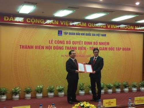 Chủ tịch Tập đoàn Dầu khí quốc gia Việt Nam, ông Nguyễn Quốc Khánh trao quyết định bổ nhiệm cho ông Nguyễn Vũ Trường Sơn. Ảnh: Đức Dũng/BNEWS/TTXVN