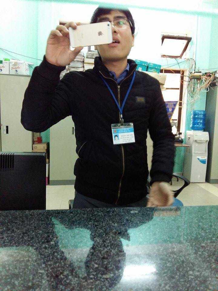 Đồng chí Hoàng Thế Tiến - Cán bộ Địa chính - Xây dựng phường Phước Vĩnh bỏ nhiệm vụ nơi công sở để quay phim phóng viên.